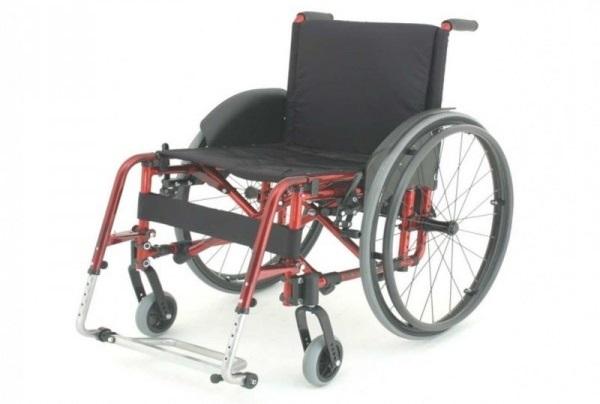 Invalidski voziček na ročni pogon