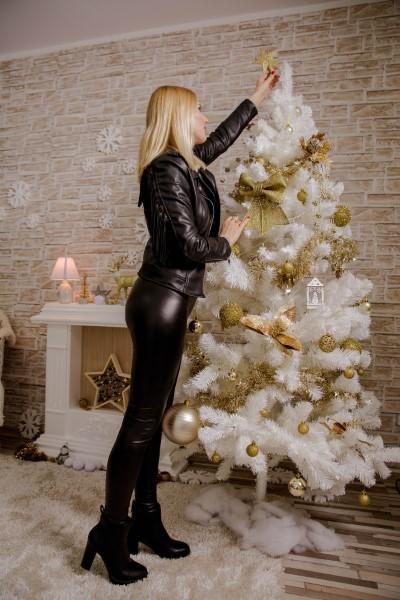 Belo umetno božično drevo